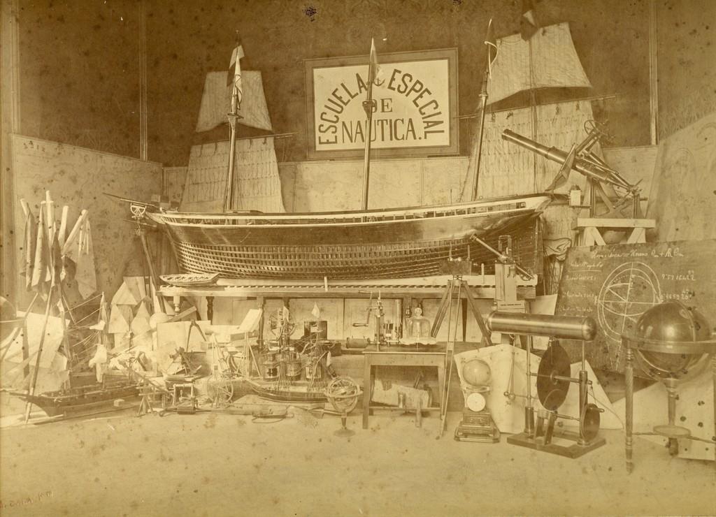 Instruments de navegació i maquetes de vaixells de la Escuela Especial de Náutica. 1920