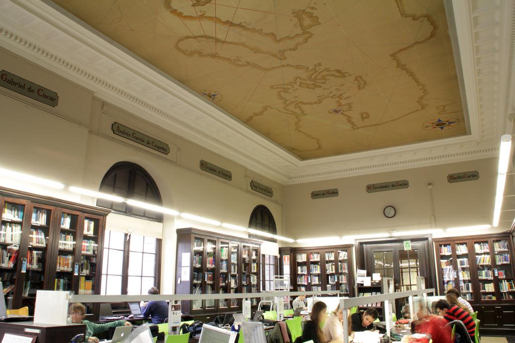 Interior de la biblioteca de la Facultat de Nàutica de Barcelona, on destaca el mural del sostre. 2014