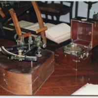 Cronòmetre i sextant exposats a la Sala de Juntes de la Facultat de Nàutica de Barcelona. 2000