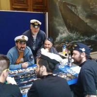 Assistents jugant al joc U-boot davant la mirada del Degà durnat la Jornada Mar de Jocs de wargames, jocs de taula i rol de temàtica marítima i naval en motiu del 250 aniversari de la Facultat de Nàutica de Barcelona