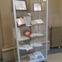 Vitrina amb distincions i llibres de la Facultat de Nàutica de Barcelona. 2019