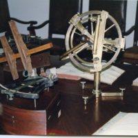 Sextant i cercle de reflexió exposats a la Sala de Juntes de la Facultat de Nàutica de Barcelona. 2000