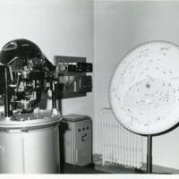 """Giroscopi obert per observar el seu interior i """"Star finder"""", instruments per la navegació de la Facultat de Nàutica de Barcelona."""