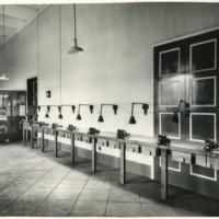 Vista general de la paret del taller de la Escuela Oficial de Náutica de Barcelona.
