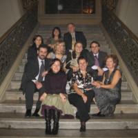 Personal de la Facultat de Nàutica de Barcelona amb familiars a l'escala principal durant la celbració del 75è aniversari. 2007