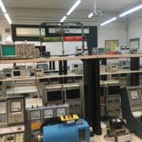 Vista dels aparells i instruments del laboratori d'enginyeria elèctrica i electrònica. 2019