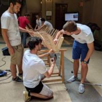 Estudiants construint la barca per a Azizakpe, Ghana, al vestíbul de la Facultat de Nàutica de Barcelona. 2017