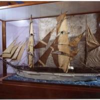 Model de la bricbarca Pepito dins d'una vitrina de la Facultat de Nàutica de Barcelona. 2019