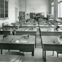Aula de telegrafia de l'Escuela Oficial de Náutica amb  telègrafs i auriculars. Barcelona. 1965