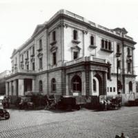 Exterior de la Escuela Oficial de Náutica de Barcelona des de la seva cantonada sud-est. Any 1932, amb carros i cotxes al voltant.
