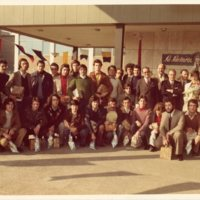 Foto de grup en color a les portes de la fàbrica Lactaria Española SA - RAM.