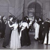 Professors i alumnes durant el ball de gala de la Escuela Oficial de Náutica de Barcelona. 1973.