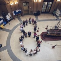 Fotografia cenital commemorativa del 8 de març amb estudiants, i dones dels col·lectius del PDI i PAS a de la Facultat de Nàutica de Barcelona. 2019.