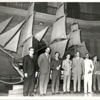 Foto de grup de la 1a promoció de telegrafistes al vestíbul de la Escuela Oficial de Náutica