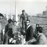 7 alumnes a coberta d'una embarcació navegant pel Port de Barcelona i arrossegant els velers de l'FNB