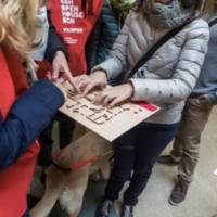Persona amb una discapacitat visual toca una maqueta de la Facultat de Nàutica de Barcelona