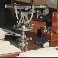 Telescopi amb sextant i brúixola exposats a la Facultat de Nàutica de Barcelona.