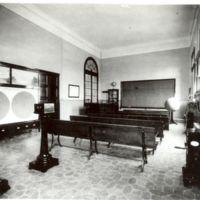 Aula de navegació amb bancs i intrumental de la Escuela Oficial de Náutica de Barcelona. 1932.