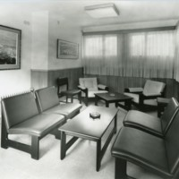 """Sala de professors del """"Club de la Escuela Oficial de Náutica"""" on destaquen les taules i sillons. Barcelona. 1967"""