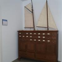Antic moble de fitxes de la biblioteca reutilitzat per guardar material