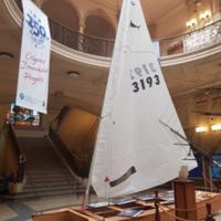 Patí de vela exposat al hall de la Facultat de Nàutica de Barcelona. 2019.