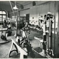 Vista general del taller de la Escuela Oficial de Náutica de Barcelona. 1965