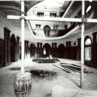 Interior del vestíbul en construcció de la Escuela Oficial de Nàutica de Barcelona. Amb columnes i alguns acabats. 1932