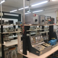 Vista del Laboratori d'Enginyeria Elèctrica i Electrònica amb els seus instruments i aparells