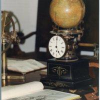 Rellotge amb esfera terrestre exposat a la Facultat de Nàutica de Barcelona. 2000