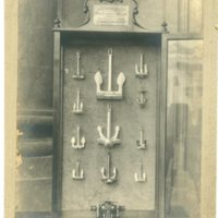 Vitrina amb colecció d'ancores i un molinet. 1900-1920