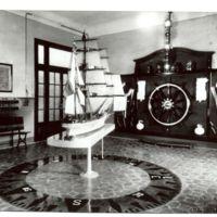 Aula de maniobra amb expositors de materials nàutics i el vaixell Pepito al centre. 1932.
