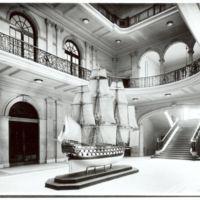 Navili San Carlos en el vestíbul de la Escuela Oficial de Náutica. Barcelona. 1932