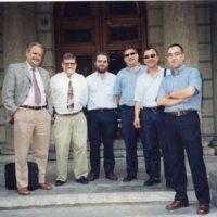 Grup de professors i administrador del centre a les escales d'entrada a la Facultat de Nàutica de Barcelona. 2001