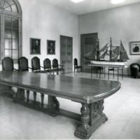 Sala de juntes amb primer pla de la taula règia de la Facultat de Nàutica de Barcelona.