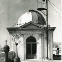 Exterior de l'aula de radiotelecomunicacions al terrat de l'edifici de la Escuela Oficial de Náutica. 1969-1970