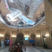 """Vestíbul de la Facultat de Nàutica de Barcelona amb les veles pintades de l'exposició """"Les meves veles, els nostres vents"""" . 2019"""